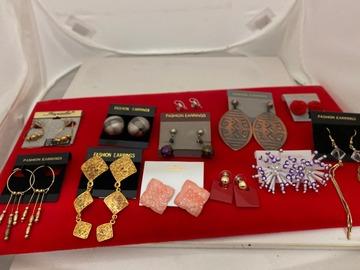 清算批发地: 700 pairs-- Assorted Earrings-- $ .15 pair!!
