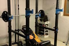 Vermiete Gym pro H: Rack mit Olympia Langhantel im Keller kann mitbenutzt werden