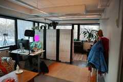 Vuokrataan: Valoisa 28m2 työhuone puistonäkymällä ja voimavirtapistorasialla