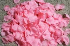 Ilmoitus: Vaaleanpunaisia tekoruusunterälehtiä