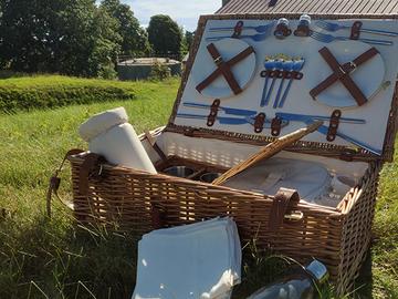 Vuokrataan (päivä): Piknik-kori ja ruokailuvälineet (2-4 hnk)