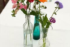 Ilmoitus: VUOKRAAN n. 50 kpl sekalaisia kukkamaljakoita