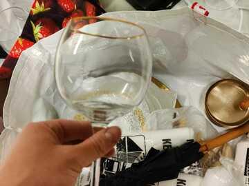 Ilmoitus: Kultareunainen jalallinen lasi