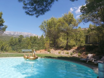 NOS JARDINS A LOUER: Jardin avec piscine avec vue imprenable