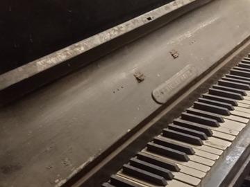 À donner: Piano droit à restaurer
