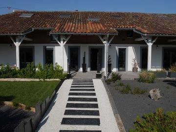 NOS JARDINS A LOUER: Parc paysagé avec superbe piscine près de Toulouse