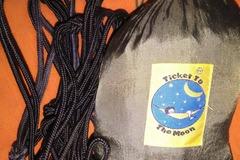 Vuokrataan (yö): Ticket to the Moon, single-riippumatto