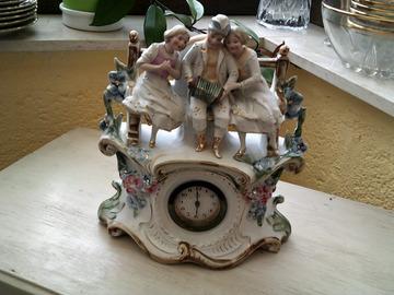 Faire offre: Ancienne horloge en bscuit à réparer