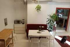 Renting out: Kaksi pöytäpaikkaa jaetulta työhuoneelta