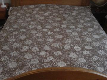 Vente: Dessus de lit fleuri beige et blanc en coton