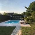 NOS JARDINS A LOUER: Jardin et piscine couverte (si besoin) et chauffée. Cadre calme