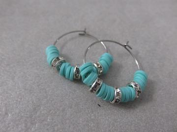 Vente au détail: Créoles en acier et perles heishi bleues SAM
