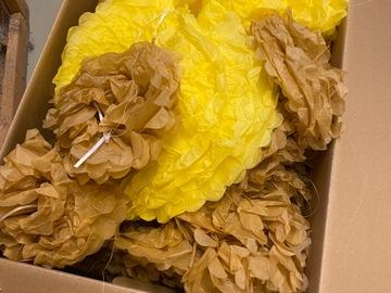 Ilmoitus: Laatikollinen kultaisia pompomeja
