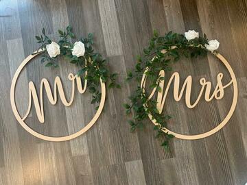 Ilmoitus: Varattu: Mr & Mrs kyltit koristeilla