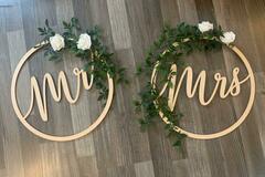Ilmoitus: Mr & Mrs kyltit koristeilla