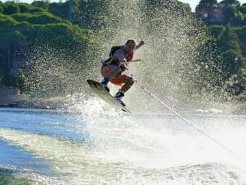 Ofrece Experiencias por horas: La Isla:  Wakeboard y Esqui Aquático. Reserva con tus amigos!