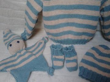 Vente au détail: Ensemble bleu et blanc tricoté main : 3 mois - livraison gratuite