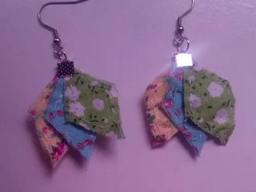 Vente au détail: Boucles d'oreille imparfaites jaune, bleu et vert - livraison gra