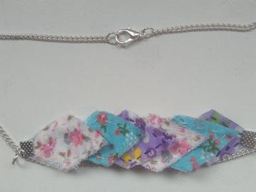 Vente au détail: Collier avec pendentif imparfait 45 cm rose, bleu et violet - liv