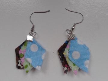Vente au détail: Boucles d'oreille imparfaites marron, vert et bleu - livraison gr