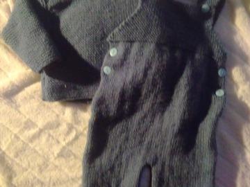 Vente au détail: Pull et salopette bleu tricoté main : 3 mois - livraison gratuite