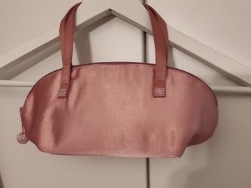 Ilmoitus: Satiininen käsilaukku