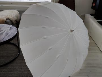 Ilmoitus: Iso sateenvarjo kahdelle