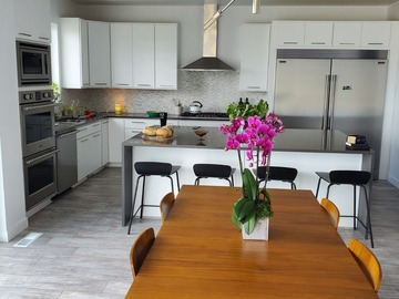 Hourly Rental: SUNCREST: Immaculate Views in Modern Kitchen