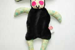 Vente au détail: Doudou mouton noir - beige motif floral