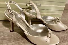 Ilmoitus: Käyttämättömät sandaalit