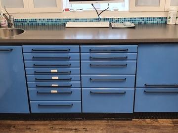 Gebruikte apparatuur: Blauwe metale ladekasten 4x en 3x deurkasten