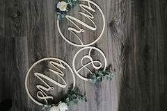 Ilmoitus: Myydään mr & mrs vanerikyltit koristeluineen