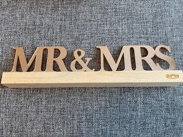 Ilmoitus: Mr. & Mrs. pöytäkoriste