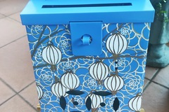 : Mailbox : White Lanterns and flowers design on a blue background