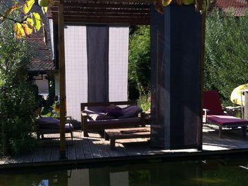 NOS JARDINS A LOUER: Jardin avec piscine naturelle