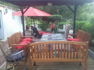 NOS JARDINS A LOUER: Salon de  jardin coin détente pergola, transat, barbecue