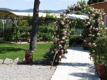 NOS JARDINS A LOUER: Grand jardin avec piscine , pergola et terrasse couverte