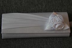 Ilmoitus: Tyylikäs valkoinen satiinihäälaukku