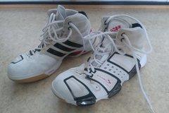 Myydään: Men's Adidas indoor sport shoes size EU 42 1/3